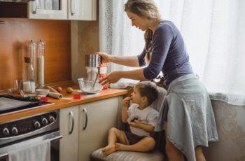 Ibu Rumah Tangga di dapur bersama anak